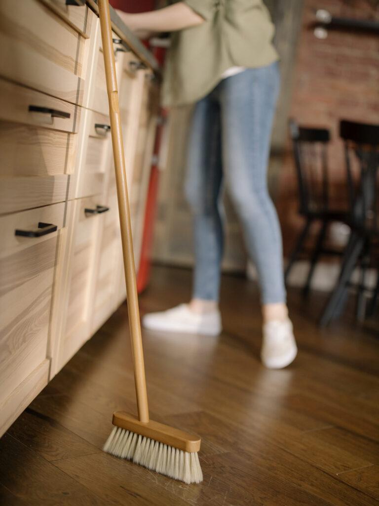 Metla prvi in najpomembnejši pripomoček za čiščenje tal